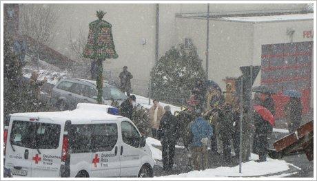 Aufstellen der Osterglocke im Schnee